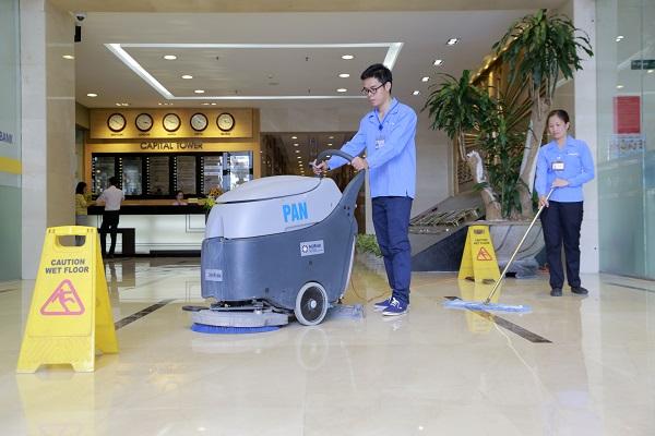 Nhân viên Pan Services thực hiện vệ sinh trong tòa nhà Capital Tower