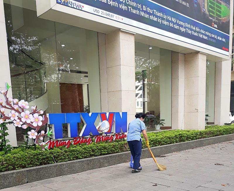 Vệ sinh ngoại cảnh Tòa nhà Thông Tấn Xã Việt Nam
