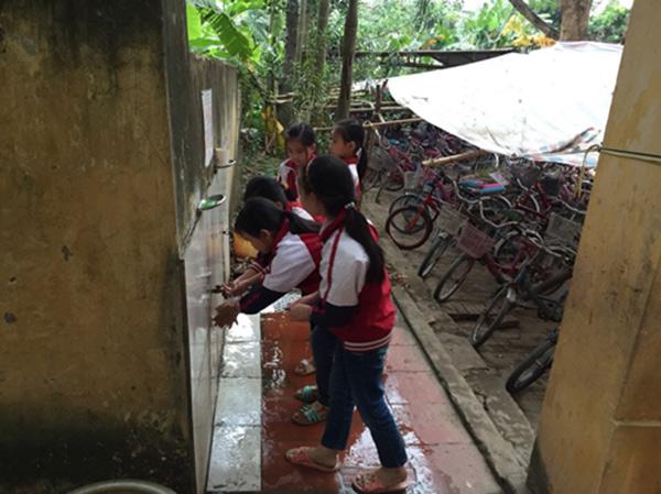 Vấn đề vệ sinh môi trường học đường là mối quan tâm của nhiều người nhưng vẫn còn nhiều vấn đề