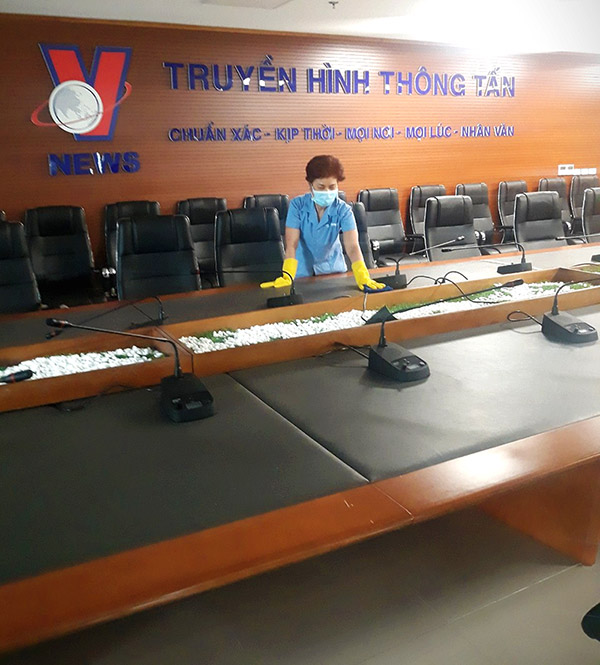 Vệ sinh phòng họp trong tòa nhà Trung tâm truyền hình thông tấn